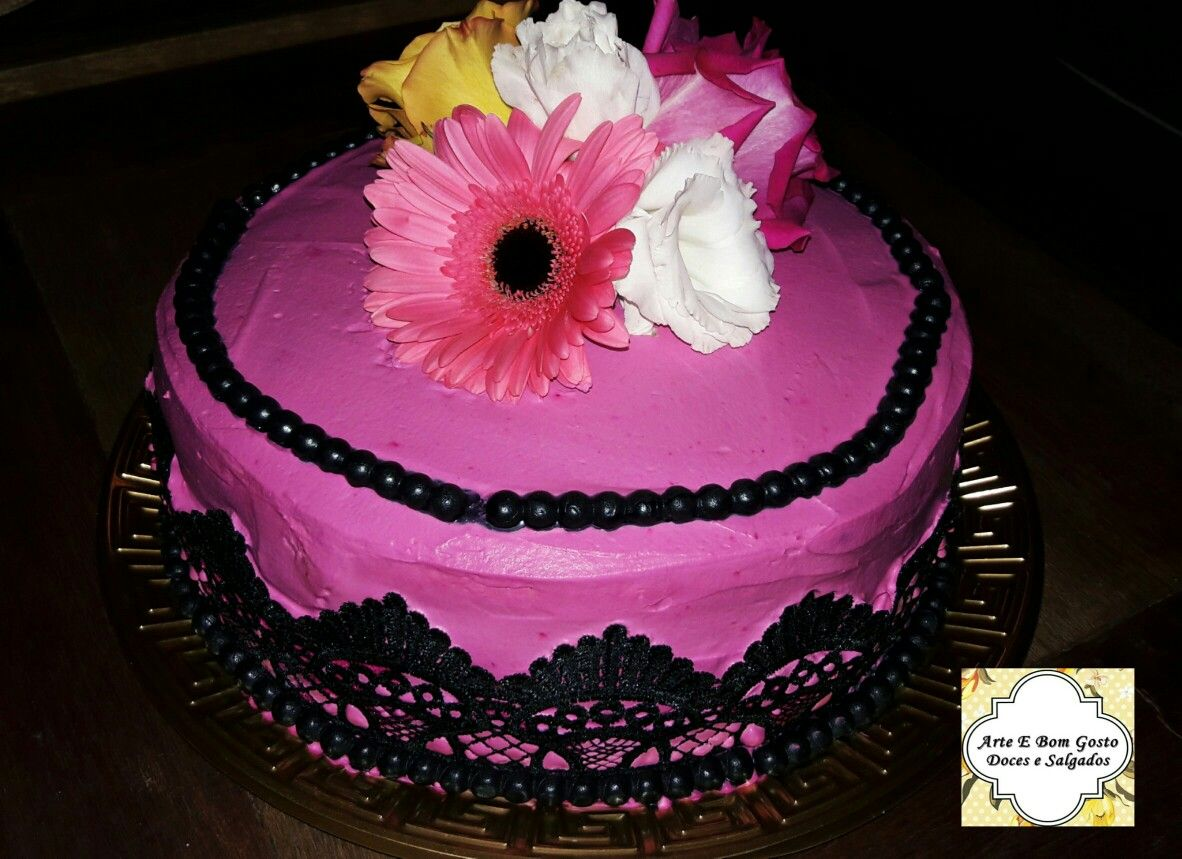 Bolo Em Chantilly E Detalhes Em Pasta Americana Com Flores