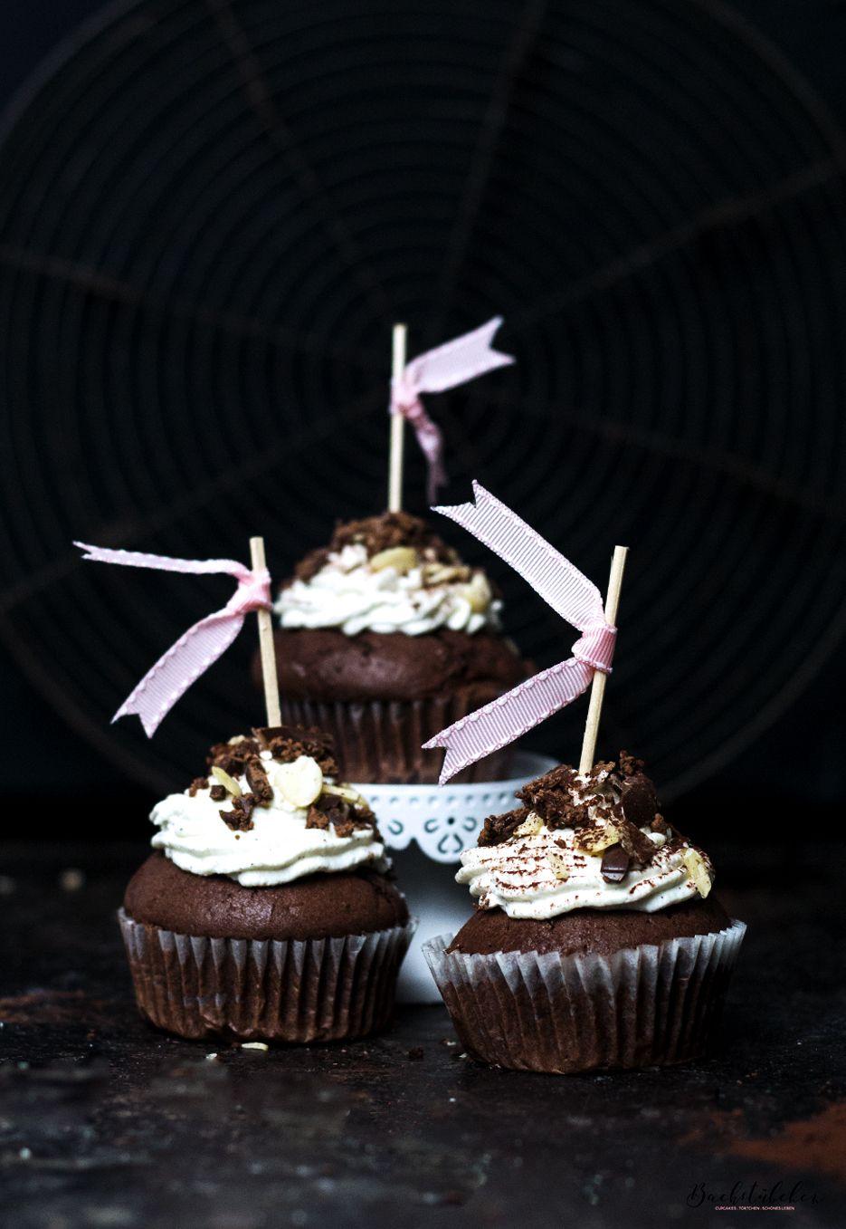 chocoholic cupcakes mit pralinen f llung und sahne topping hallo ihr s en kalorien kommt zu. Black Bedroom Furniture Sets. Home Design Ideas