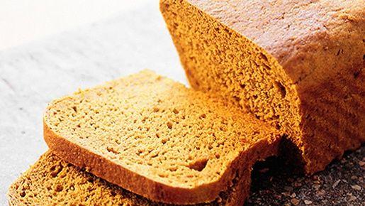 Leivo mehukas ja maukas kuminaleipä. Se sopii monen leikkeleen kanssa, mutta etenkin joulukinkun kera. Suunnittele ajankäyttösi, sillä taikinaa valmistetaan kaksi päivää ja kohotetaan monta tuntia.