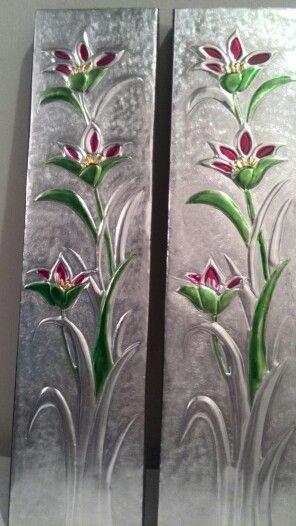 Tulipanes repujado en aluminio en retablo de madera