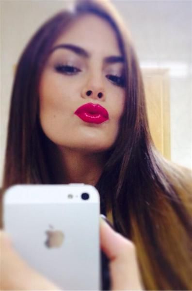"""""""Besos color rojo.... penúltimo día del año #RedKissesForYou"""", tuiteó Ximena Navarrete al subir esta imagen a su cuenta de Twitter, el 30 de diciembre de 2013."""