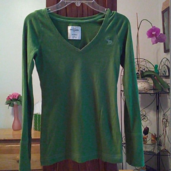 Abercrombie Tee-shirt Cute stretch small  but fits like an xs very soft 100% cotton. Abercrombie Tops Tees - Long Sleeve