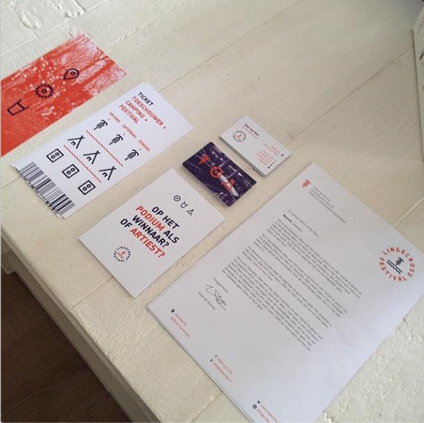 De eerste geprinte uitingen zijn binnen gekomen. vlnr: Entree ticket, visitekaartje, serie boomerang kaarten, briefpapier.