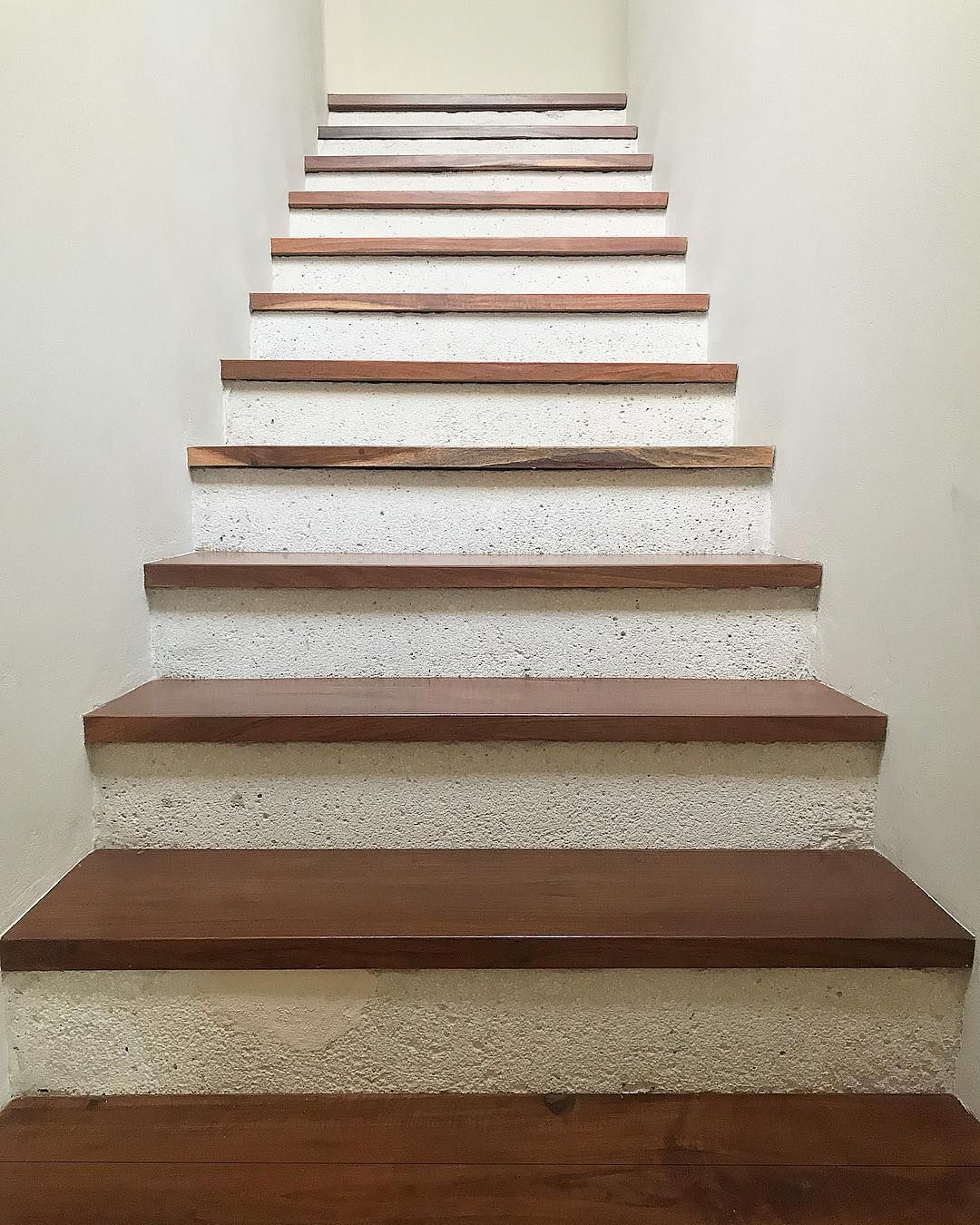 Escalera de concreto martelinado con huellas de madera de - Escalera madera ...