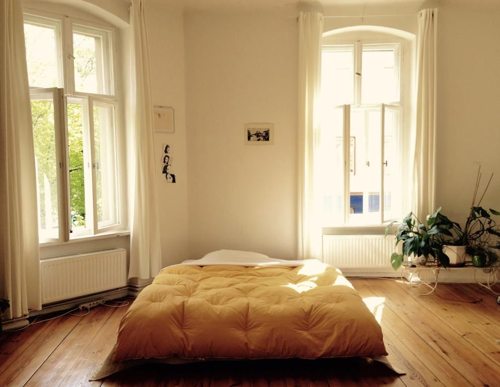 Geräumiges Zimmer mit Holzdielen und hohen Fenstern - Altbau in - schlafzimmer ideen altbau