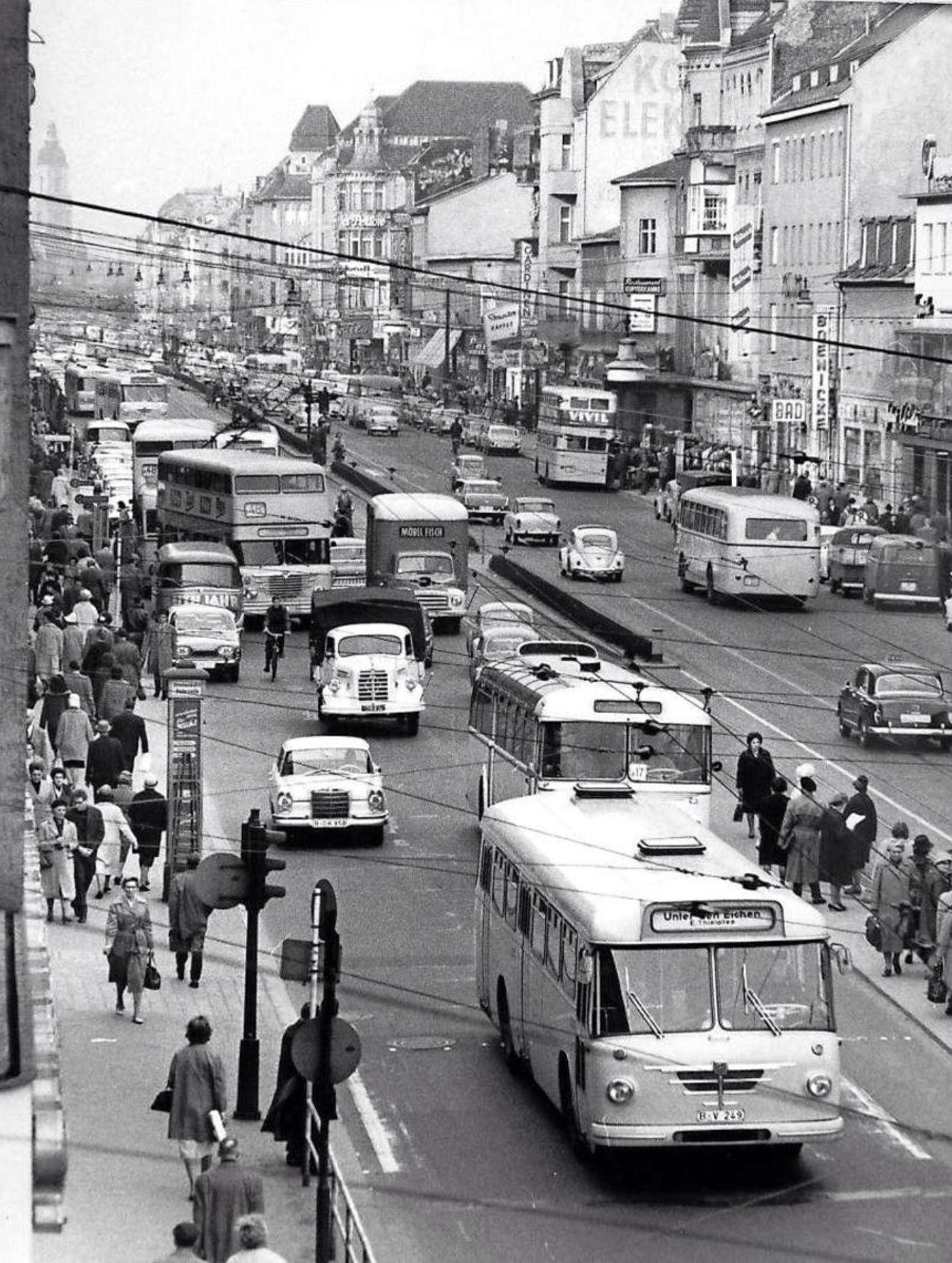 1960er west berlin schloßstraße in berlin steglitz hinten links das rathaus