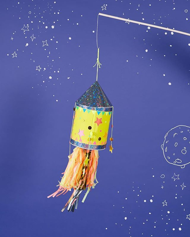 Werbung • Ob für das nächste Laternenfest oder als Dekoration im Kinderzimmer – die Raketenlaterne mit Feuerschweif ist viel mehr als ein… #bricolagenoelenfantfacile