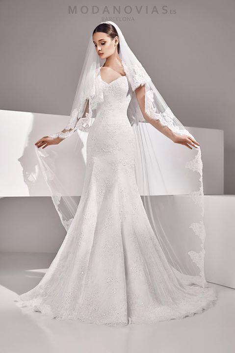 90e6e34c1 Vestido de novia AGAR en color marfil de encaje rebrodé. Combinado con velo  largo en