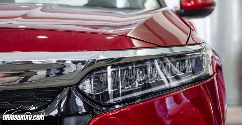 Đánh giá ngoại thất xe Honda Accord 2018: Accord 2018 có chiều dài cơ sở tăng thêm 54,87 mm, chiều rộng tăng thêm 9,91 mm giúp mang đến một không gian nội thất bên trong rộng rãi hơn. Tuy nhiên chiều dài của xe lại giảm bớt 10,16 mm. Bên cạnh đó, thân xe của Accord thế hệ mới được bao bởi một đường viền mạ chrome kéo dài từ đầu tới đuôi xe. https://muasamxe.com/honda-accord/