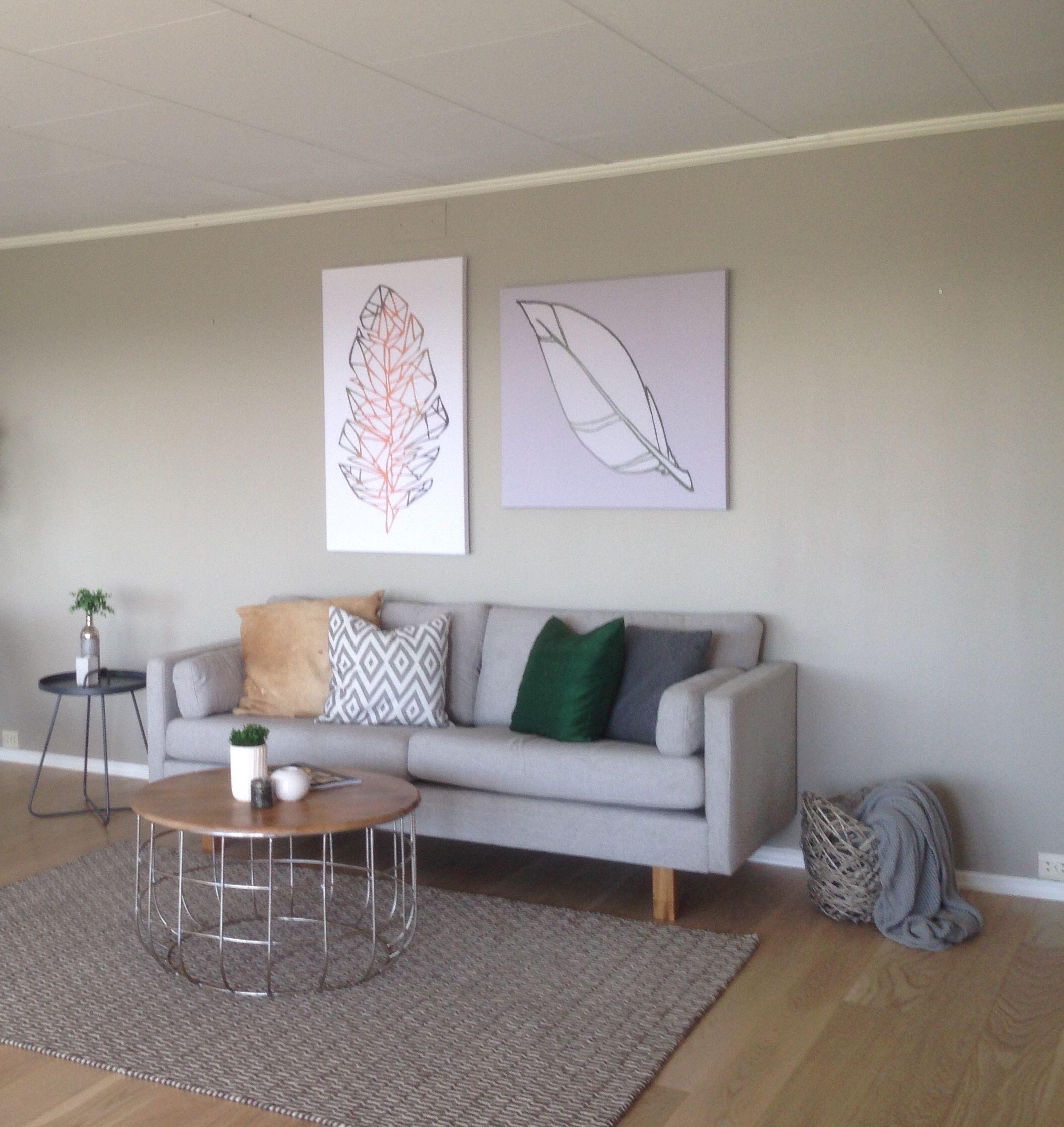 Stilfull sofa i behagelig lys gr¥ med vennbare puter og runde
