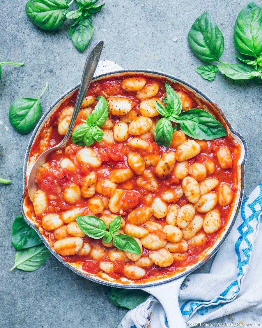 Gnocchi la sauce tomate et au basilic recette - Comment cuisiner les gnocchi ...