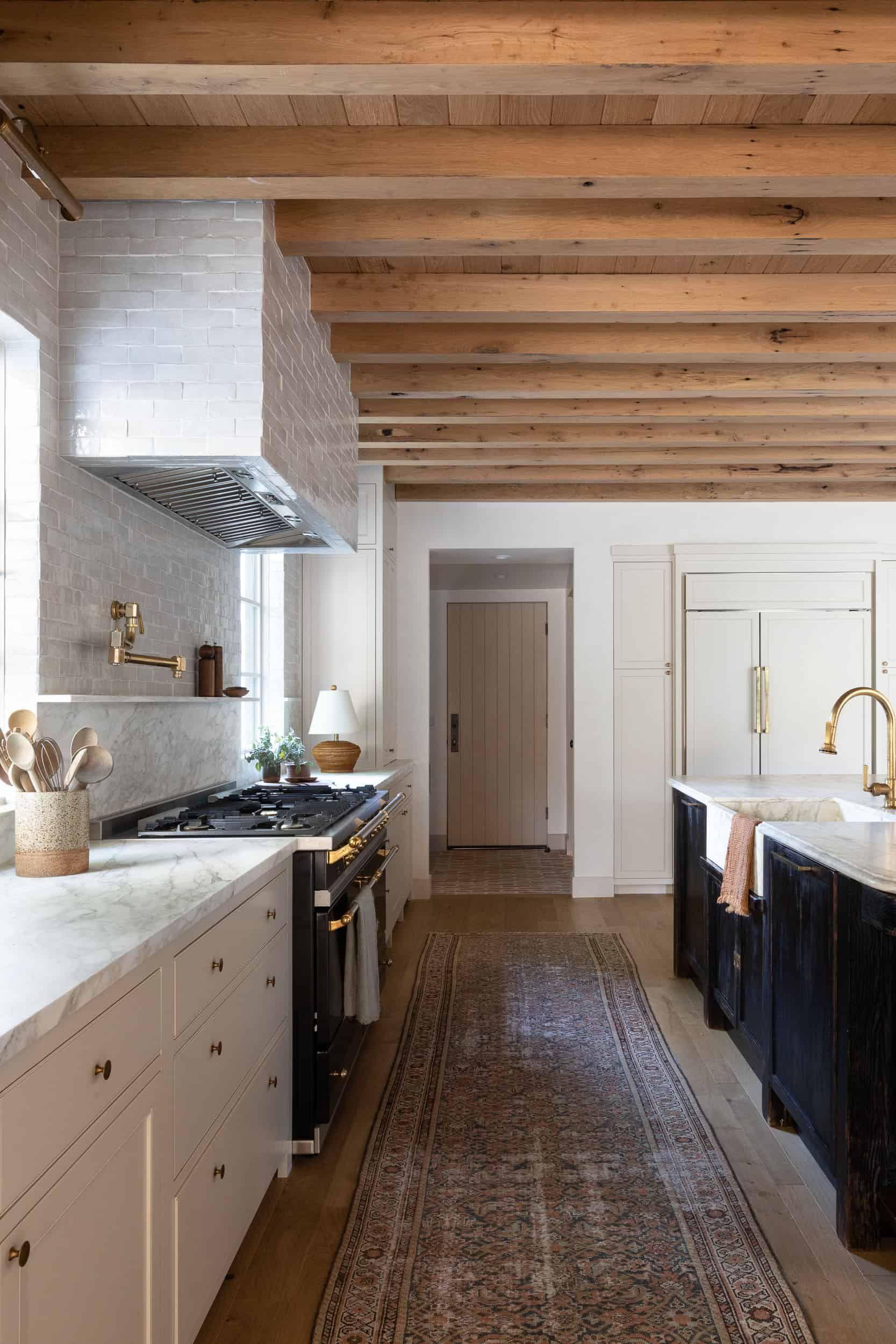 West Coast Style Meets Modern Farmhouse In This Unforgettable La Home In 2021 Amber Interiors Kitchen Kitchen Design