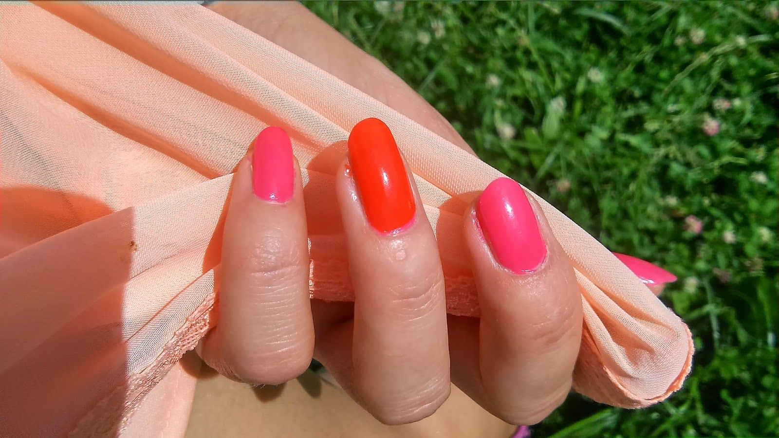 Fuchsia and orange summer nails tutorial  http://janesbeauties.blogspot.sk/2014/06/cyklamen-orange.html