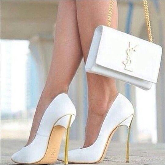 6f1e44efe Sapato branco clássico, com salto muito alto dourado.   Shoes ...