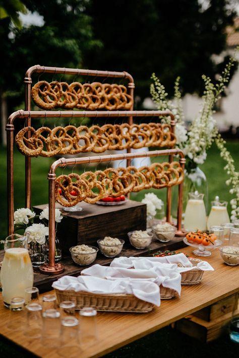 Bretzel Bars sind unser heimlicher Favorit für Hochzeiten in 2019 und ganz sicher ein toller Hingucker für eure Gäste!  Bist du neugierig, was auf eurer Hochzeit alles schweben kann und welche weiteren Hochzeitstrends 2019 ihr keinesfalls verpassen solltet?   Die grandiose Bretzel-Bar stammt von @naturalweddingdecor und wurde auf wundervolle Weise von @tbreni.photo fotografiert.