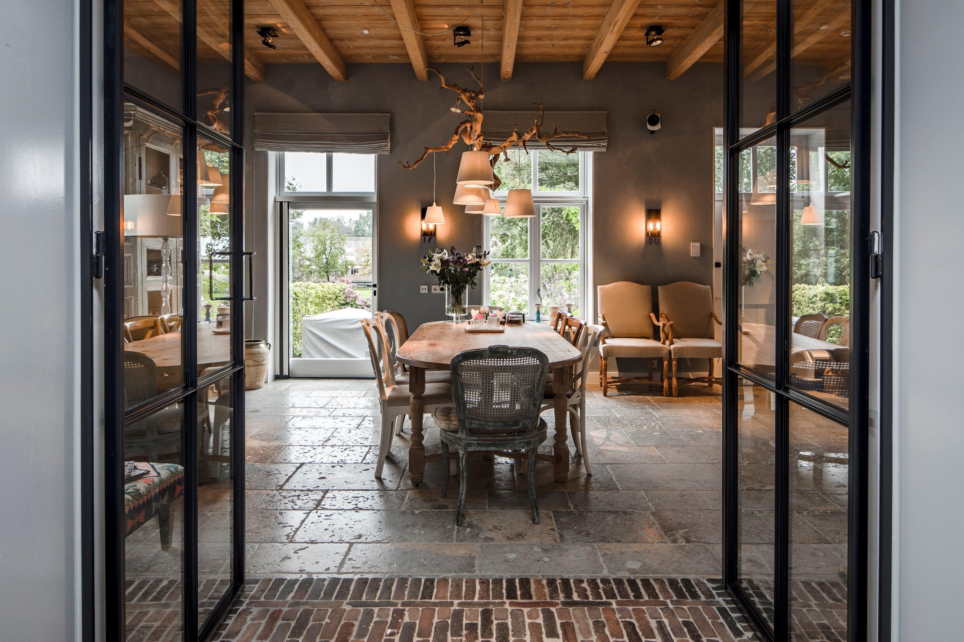 Oak hanglamp boven tafel en Trijnie wandlampen. Produced by Maretti Lighting