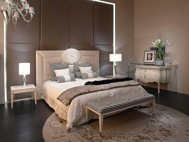 un mur de couleur chocolat et une tete de lit blanche dans la chambre a coucher