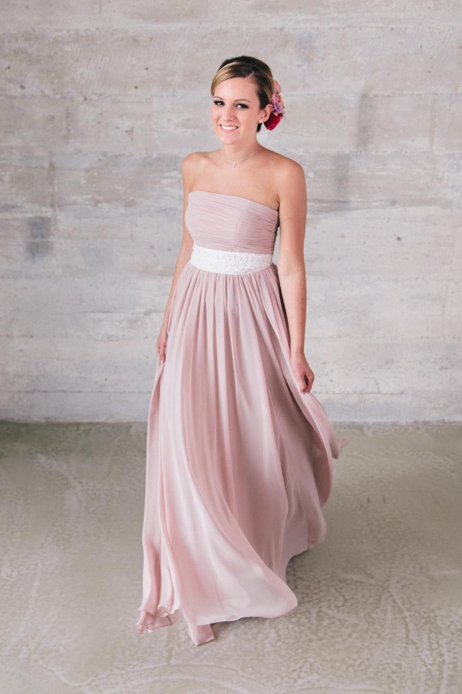 Faye in Powder, Brautkleid im Empire Stil mit weißem Gürtel von ...