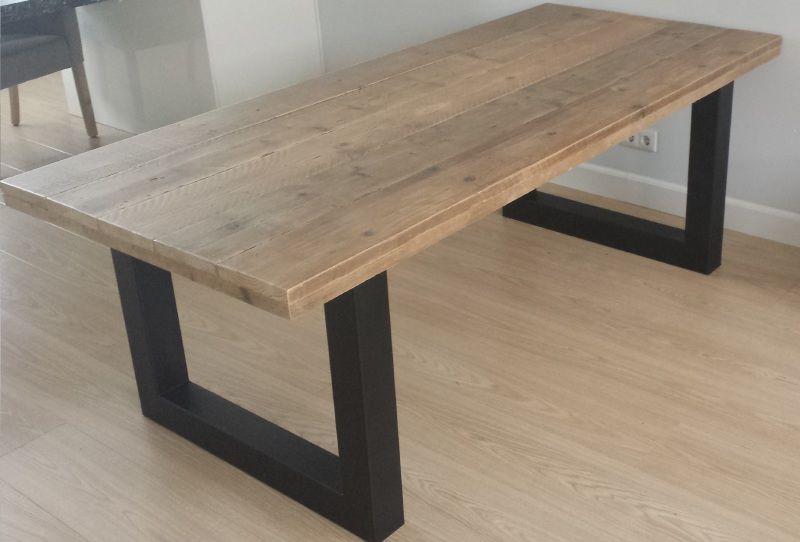 Industriële tafel gemaakt van hout en zwart staal model
