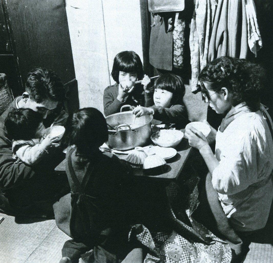 明治 大正 昭和の写真 polipofawysu さん twitter 1954年 昭和29年 東京都心部の四畳半の集合住宅に住む家族です 写真 古い写真 古写真