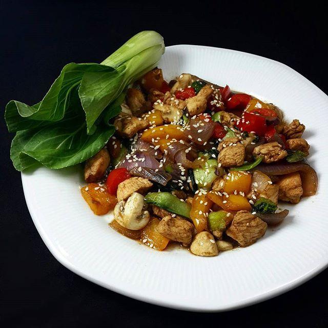 Wok oriental   Ingredientes:  Pechuga de pollo  Morrón rojo  Morrón amarillo  Cebolla colorada  Champignones  Pak choi  Aceite de girasol o maíz  Salsa de soja  Miel.......