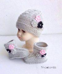 ab2081a8c7895 Gorro y botas de lana gris con flores Un conjunto para bebé de punto con  flores de adornos y perlas.