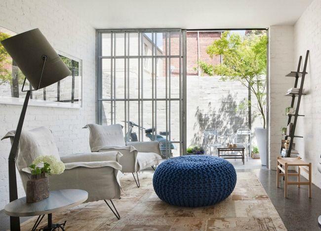 El precioso apartamento abierto de las paredes de piedra azul.