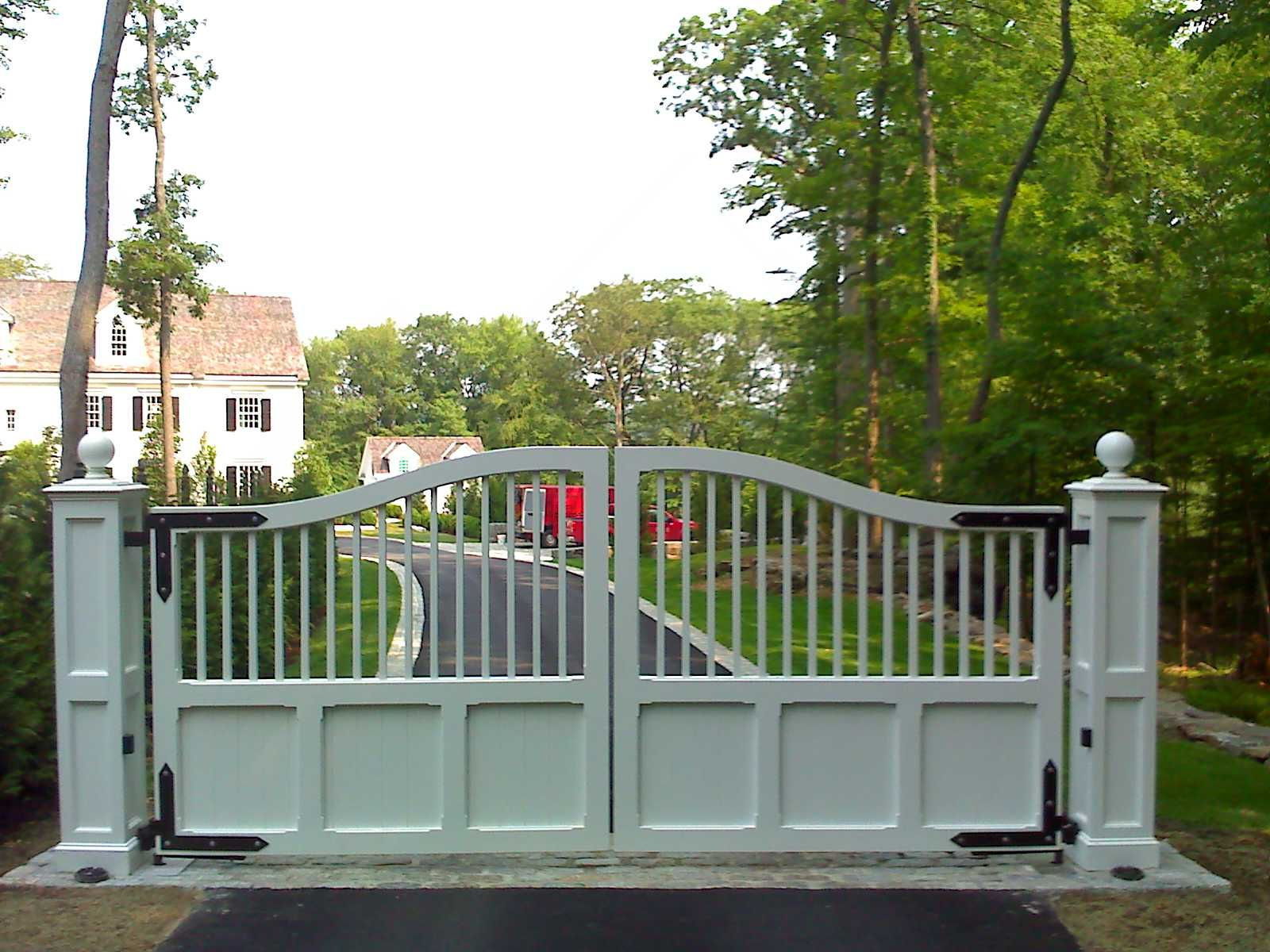 que Pine Wooden Driveway Gates With Chrome Frames As
