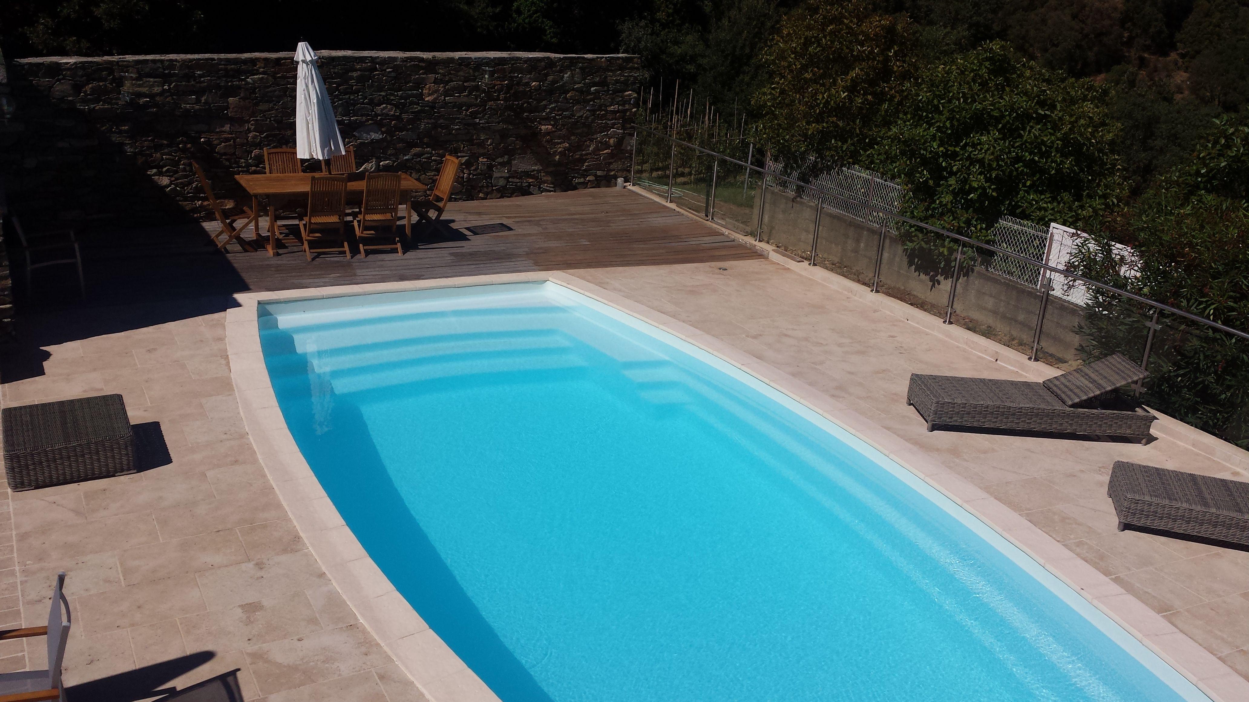 Terrasse Mélange Bois Et Pierre plage de piscine composée de dallage en pierre naturelle de