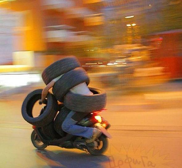 Moto transportando neumáticos