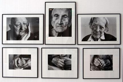 Schwarz-weiße Fotogruppe, die Gesichter und Hände von demenzerkrankten Personen zeigt.