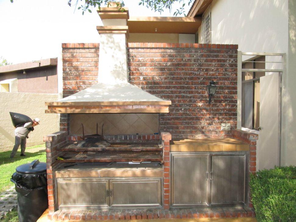 Asadores de ladrillo con chimenea buscar con google for Modelos de jardines interiores