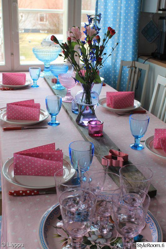 keittiö,vaaleanpunainen,kattaus,vaaleansininen,maljakko