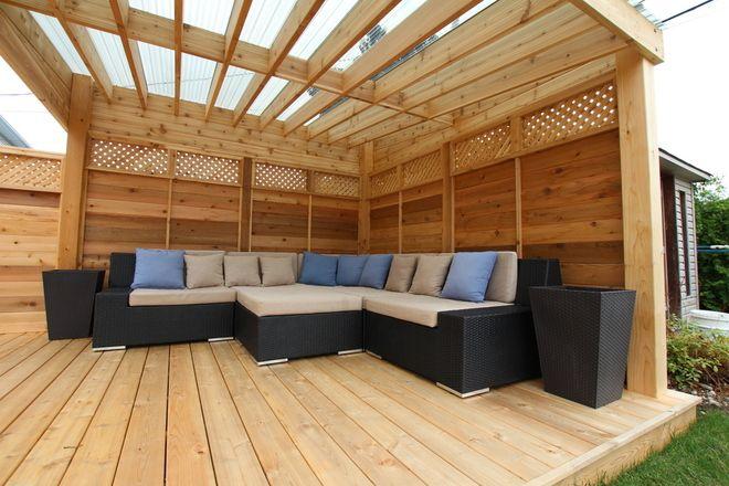 Pergola avec polycarbonate tanche au dessus d 39 un coin lounge patio pergola patio et - Baraque de jardin ...