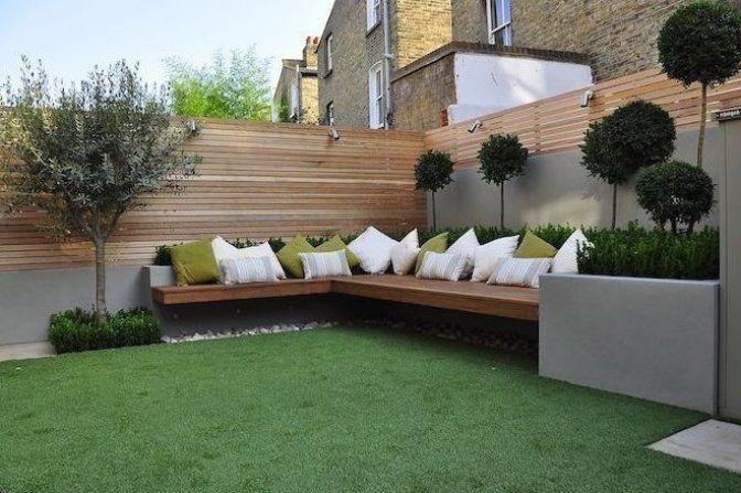 Sichtschutz Garten Ideen Ein Zaun Sichtschutz Aus Holz Und Eine Brauen Bank Mit Vielen Kleinen W In 2020 Small Backyard Landscaping Garden Design Garden Design Layout