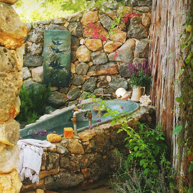 Photo of rustikales-badezimmer-im-garten-und-badewanne-verkleidung-mit-naturstein.jpg (JP…