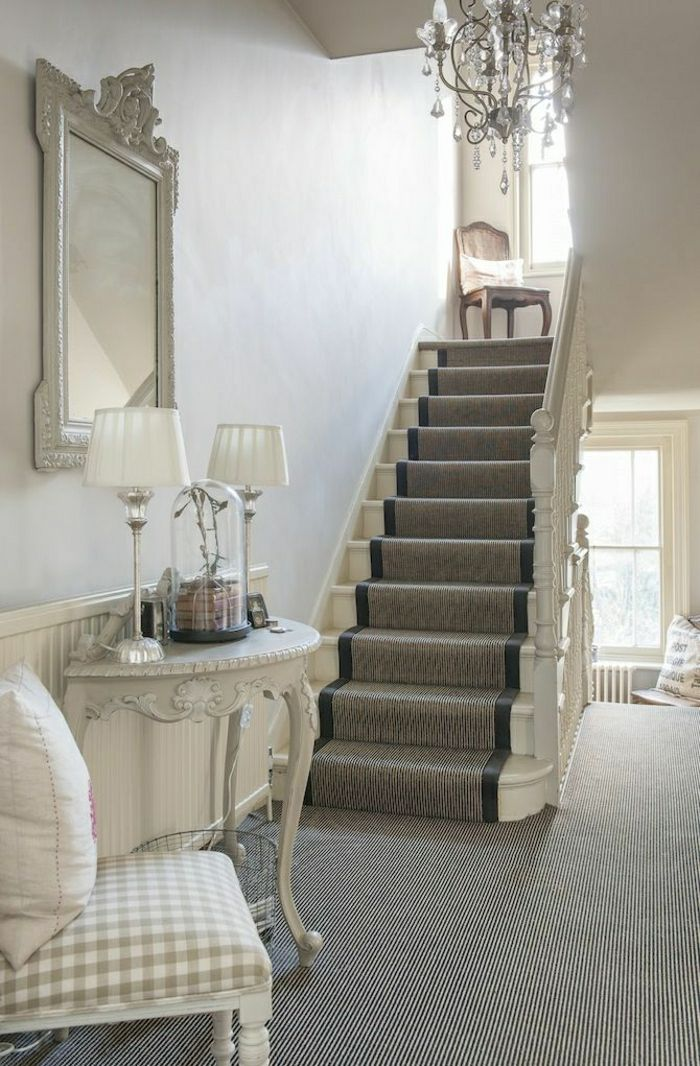 escalier avec un tapis gris lustre baroque meuble d. Black Bedroom Furniture Sets. Home Design Ideas
