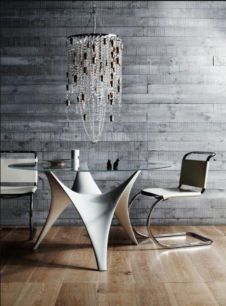 veistoksellinen pöytä.
