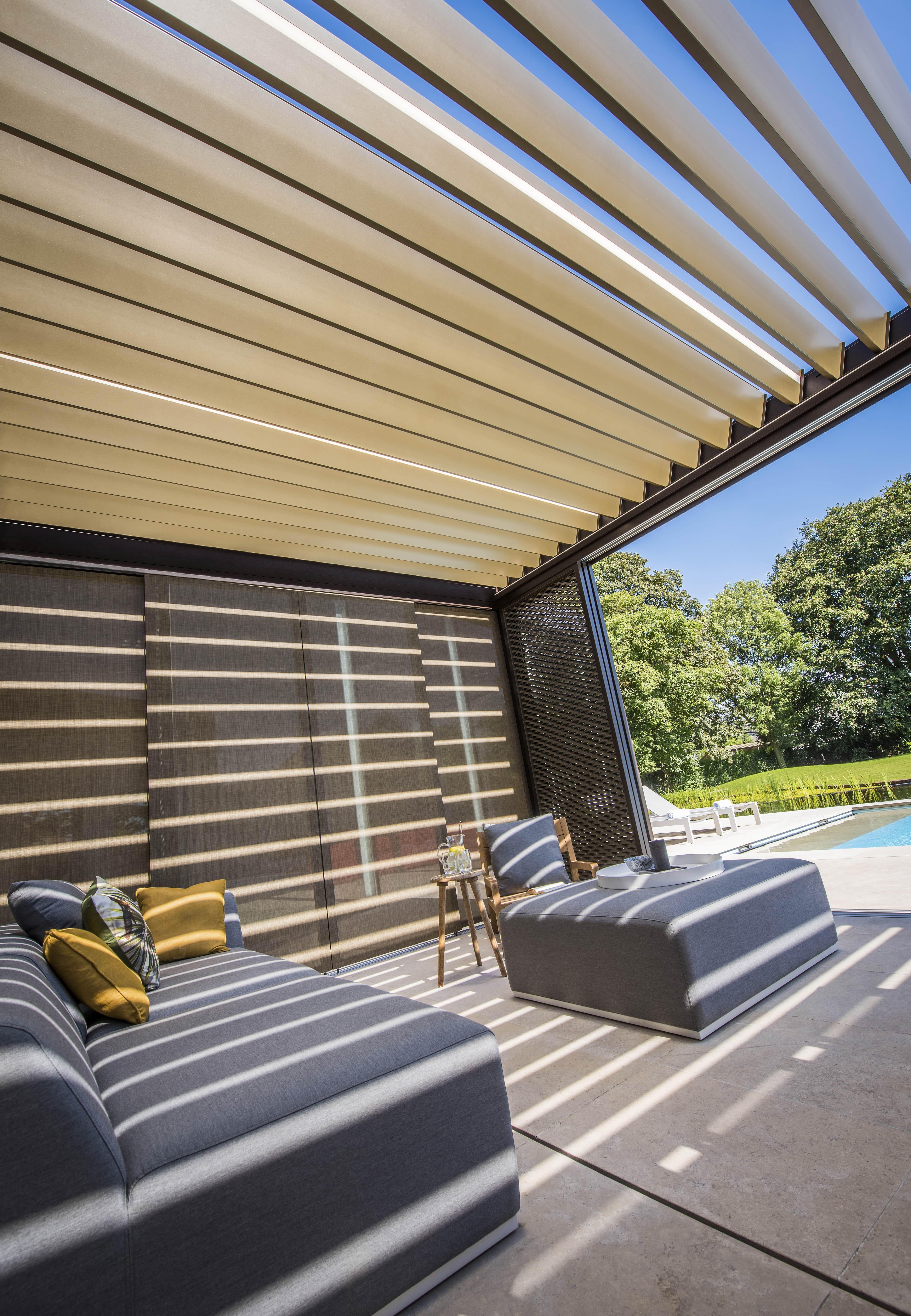 Superb Gem tliche Terrasse mit Loungem beln und Lamellendach