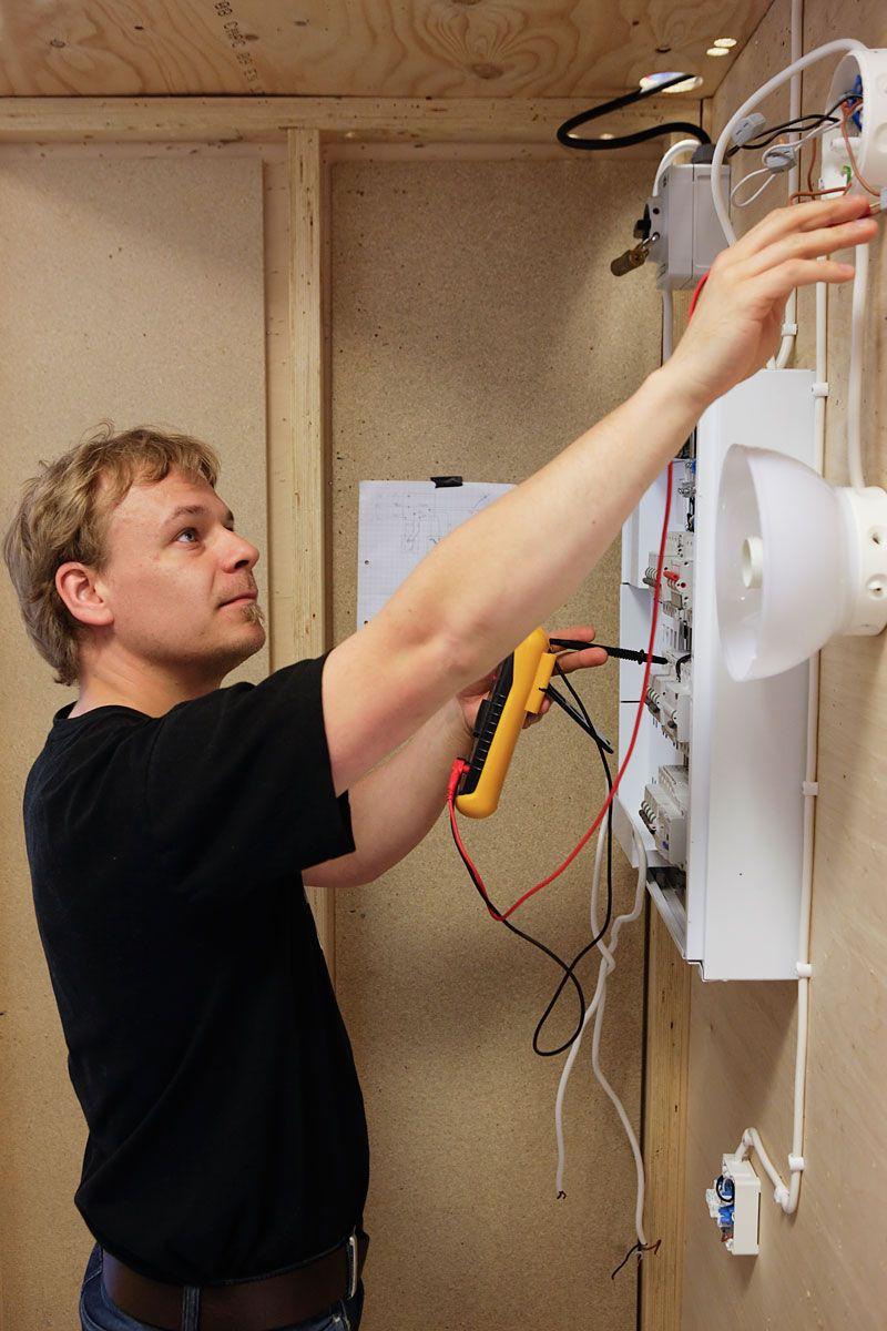 Työ urakointiliikkeissä on yleensä päivätyötä, mutta tarvittaessa sähköasentaja tekee myös ilta- ja ylitöitä. Työhön saattaa kuulua myös päivystystä.
