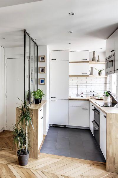 A Gauche, la salle de bains, à droite, la cuisine ouverte sur le