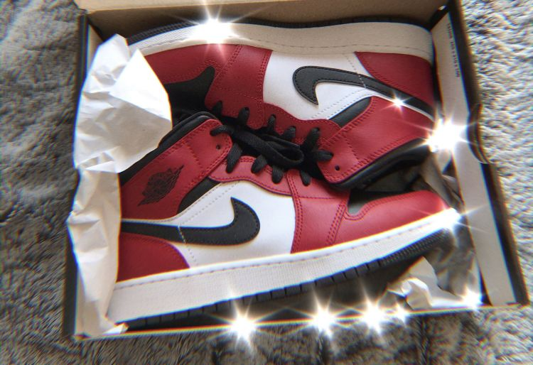 Jordan 1 Mid Chicago Black Toe (GS) in 2020 | Jordan shoes ...