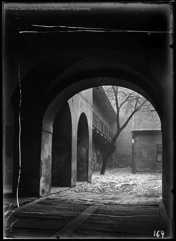Budapest. 1. kerület. Úri utca 37. 1931  Kinszki Imre