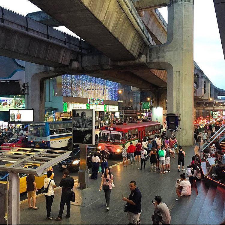 """A lição aprendida hoje: não importa o dia da semana ou o horário táxi é uma péssima ideia em Bangkok!! Hoje fomos no Weekend Market ( tipo a 25 de Março em dia de Natal multiplicada por 1000 ). A estação do Sky Train em que desembarcamos estava lotada na volta então pensamos """"vamos de taxi não pode ser tão ruim no domingo!"""" Pooode sim!!  #Bangkok #Thailand #chaoticcity { essa foto não retrata..! } by constancezahn"""