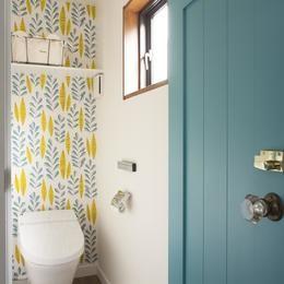 K邸の部屋 北欧風な壁紙とドアが素敵なトイレ トイレ 壁紙 おしゃれ
