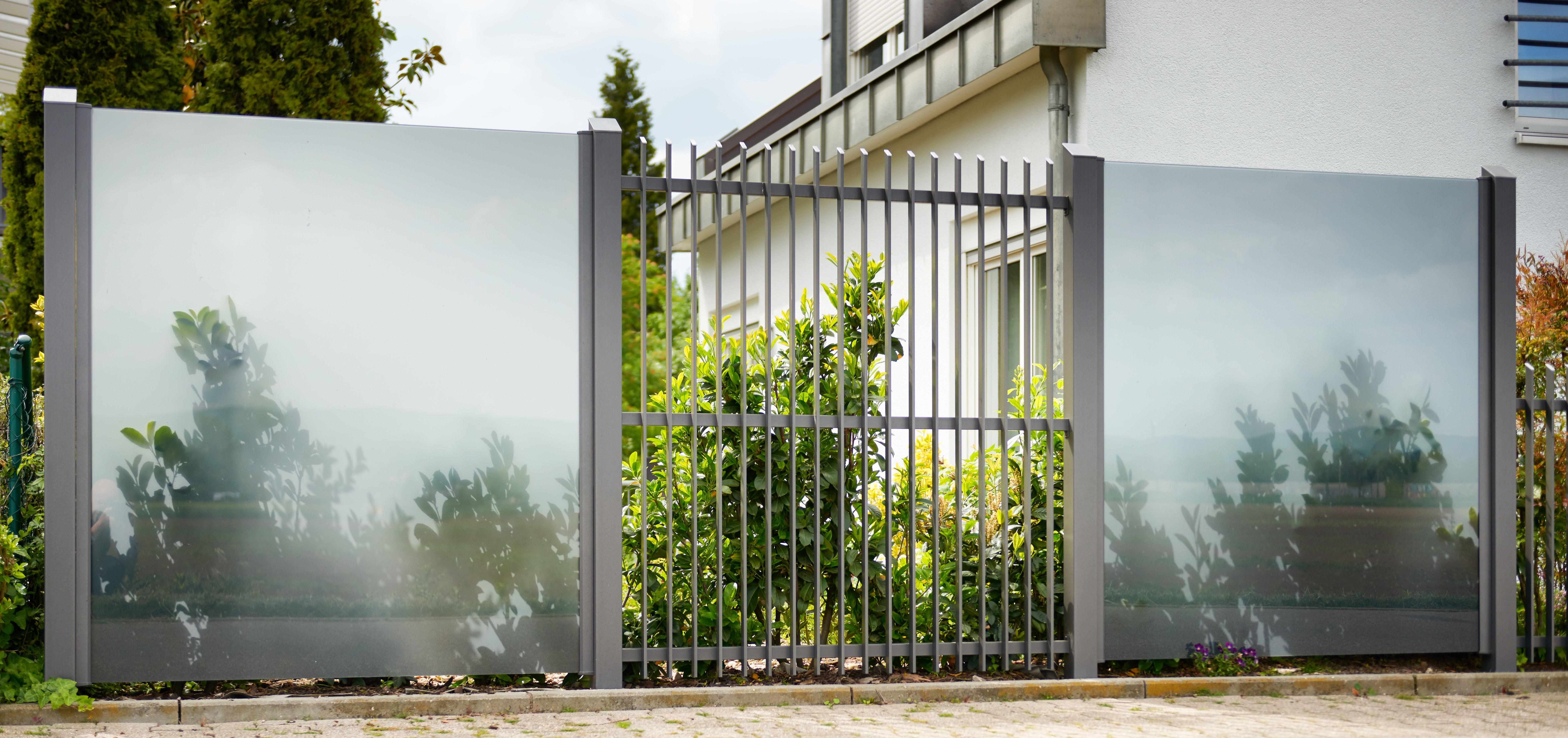 Eine Kombination Aus Sichtschutz Modell Glarus Und Einem Stabzaun