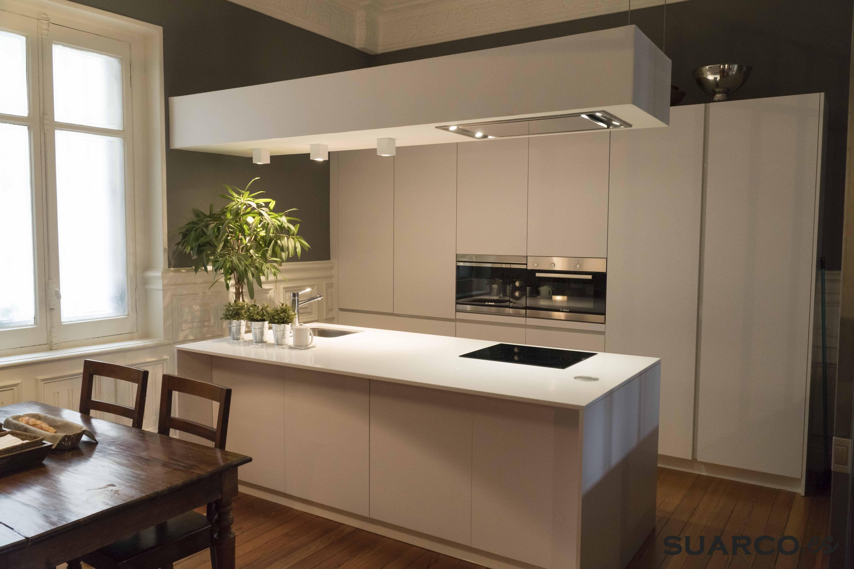 Cocina moderna blanca con isla americana y encimera de - Cocinas suarco ...