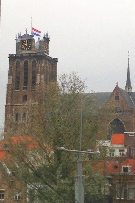 Vlag halfstok op Grote Kerk in Dordrecht