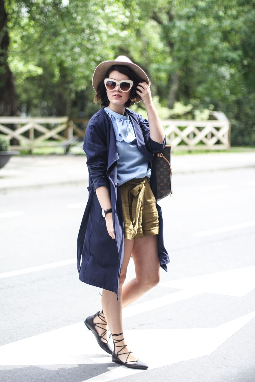 Streetstyle with lace up flats, trench, khaki shorts, cat-eye by @zerouv and denim blouse by Pepa Loves. bailarinas-acordonadas-de-parfois-top-denim-look-myblueberrynightsblog-louisvuitton-neverfull