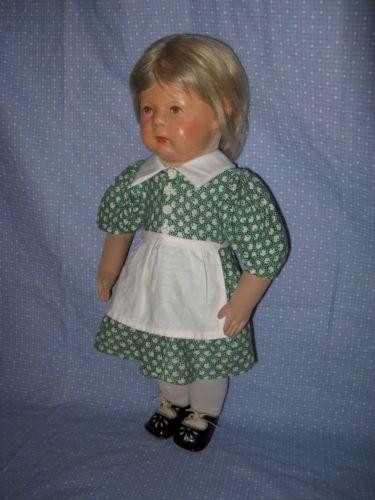 Altes-Puppenkleid-mit-Schuerze-aus-den-1930er-Jahren